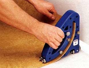 Как убирать линолеум, если он намертво приклеен к полу.  Если у вас линолеум клеили на деревянный пол - пиши пропало.